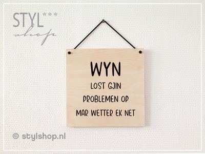 Tekstbord hout Wyn lost gjin problemen op mar wetter ek net