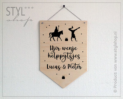 Houten banner Sinterklaas Frysk Hjir wenje helppytsje
