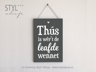 OUTLET - Tekstbord Frysk / Fries - Thús is wêr't de leafde wennet - grijs