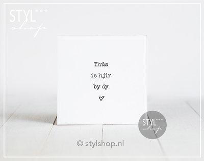 Tegel met tekst Thus is hjir by dy