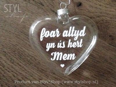 Glazen kerst hanger - kerstbal hart met Fryske tekst 'Foar altyd yn ús hert mem'
