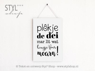 Tekstbord Frysk / Fries - Plôkje de dei mar lit wat hingje foar moarn - wit