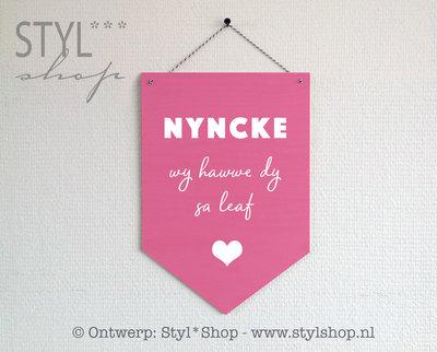 Houten banner met naam -Frysk- wy hawwe dy sa leaf