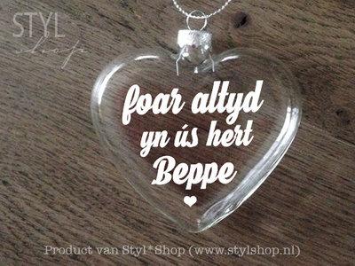 Glazen kerst hanger - kerstbal hart met Fryske tekst 'Foar altyd yn ús hert beppe'